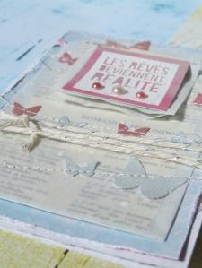 """Le kit que j'ai reçu me collait parfaitement pour les couleurs! J'ai pu mixer les sublimes collections """"La Bohème"""" et """"Tendre pivoine"""" très facilement avec les jolis Basi'like unis et kraft. Pour cette carte, pour la carte """"Les rêves deviennent réalité"""", j'ai perforé des papillons dans du cardstock préalablement pschité aux spray Ginkos. Les couleurs """"rose câlin"""" et """"argile verte"""" s'accordent élégamment avec la collection de Sylvia Hanani."""""""