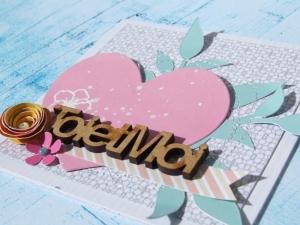 """carte """"toi et moi"""", j'ai décoré un coeur (découpé à l'aide d'un die de la collection Fantasias) en embossant en blanc un tampon fleur, ce qui me permet de varier le type de fleurs qui entourent le titre."""