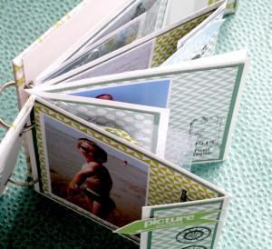 """Les pages du mini album sont déstructurées. J'ai alterné les pages """"courtes"""", """"pliées"""" avec du calque et du rhodoïd embossé à froid. Tout l'intérieur est travaillé  avec les papiers la collection de papiers graphiques """"la bohème """" et  les papiers unis."""