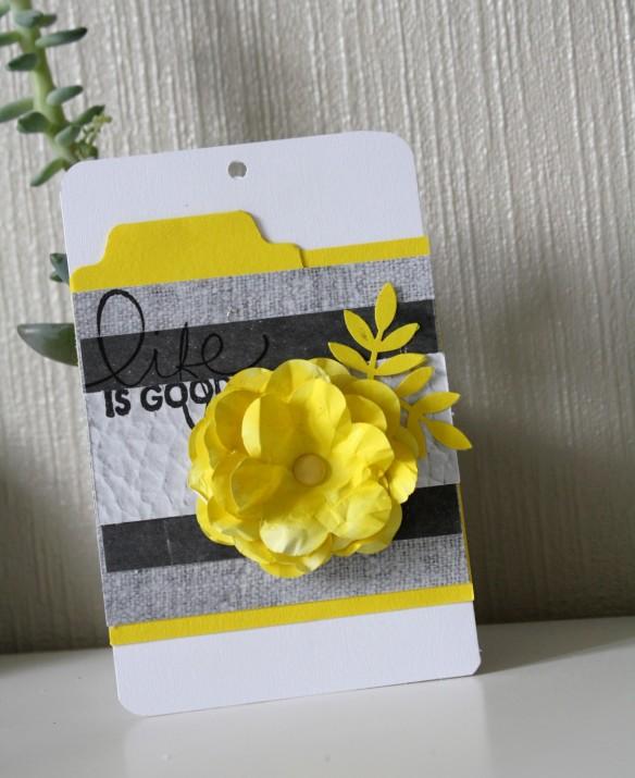 Une carte réalisée avec les basilike jaune et blanc ainsi que les jolis papiers gris de la collection love grey. Quant à la fleur, elle est confectionnée à partir d'une feuille de papier de bureau A4 et d'un encreur... Je vous en dirai un peu plus prochainement.