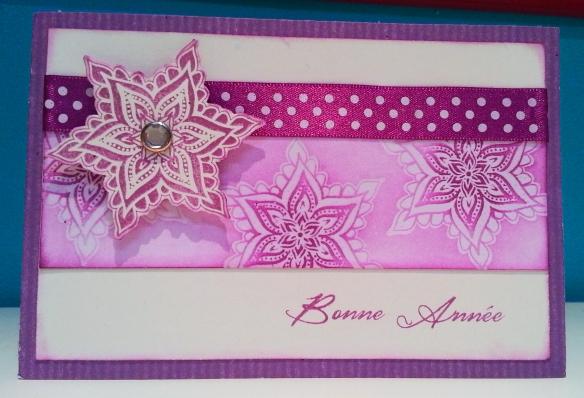 Papier kraft muve amour (BLKR11-10) Papier uni chocolat vanille (BL02-10) Papier uni chocolat blanc (BL01-10) Versamrk (VM) Poudre à embosser transparente (PDR-0003) Tampon A l'orientale (BYZ-002-B) Tampons transparent Carterie (LTM-0286) Encre prune sucrée (EC-0011) Encre auve amour (EC-0018) Ruban à pois violet (RB-0009) Attache parisienne cristal  (APC-0001)